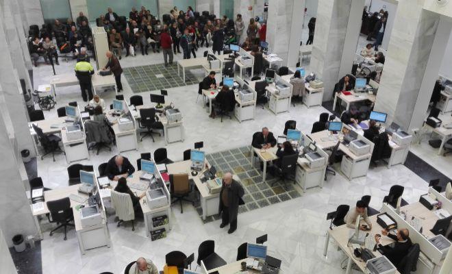 Funcionarios en una administración pública de Valencia.