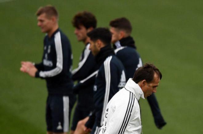 Julen Lopetegui, cabizbajo, en el entrenamiento del Real Madrid.