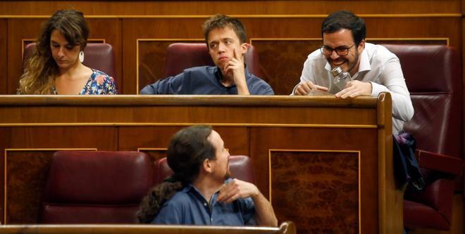Alberto Garzón y Pablo Iglesias bromean en el Congreso.