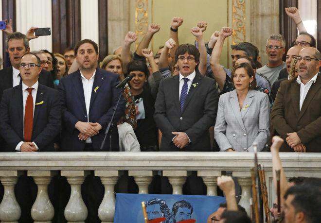 Diputados independentistas cantan Els Segadors tras proclamar la...