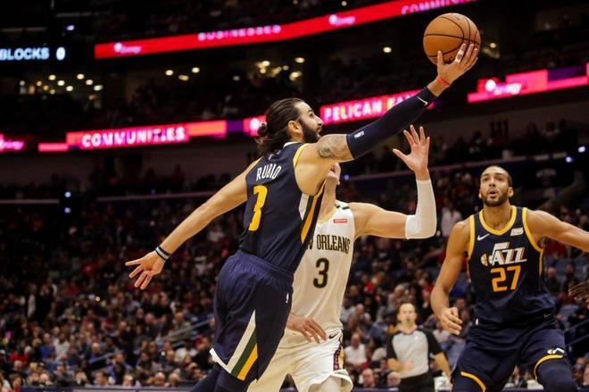 Ricky Rubio realiza una bandeja ante la defensa de los Pelicans.