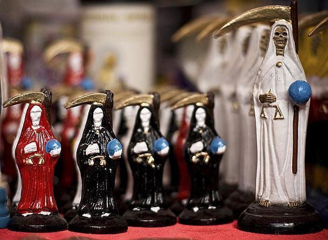 Figuras de la Santa Muerte en un mercadillo.