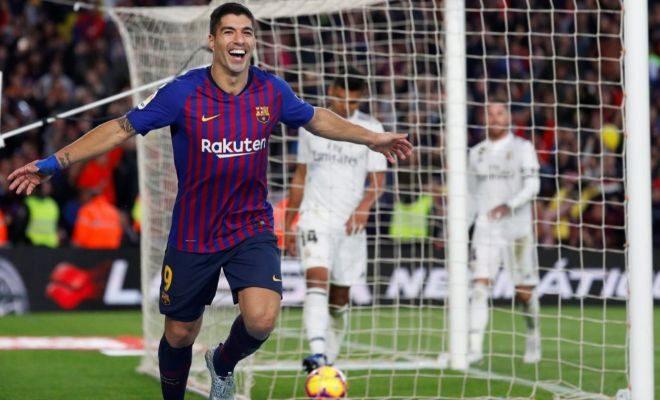 Luis Suárez festeja su tercer gol, el cuarto del Barcelona en el Camp Nou.