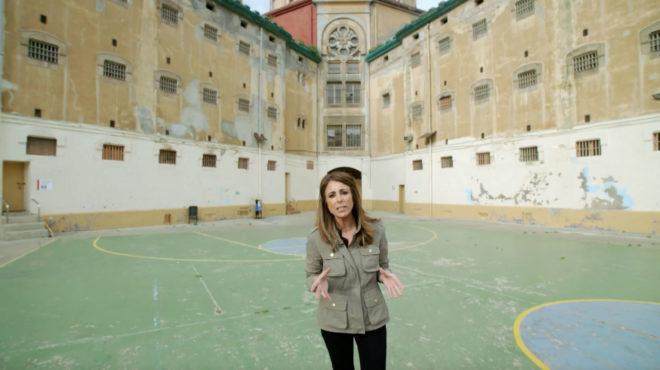 La reportera Ana Terradillos, en la cárcel Modelo de Barcelona, en el documental 'España mira a La Meca'.