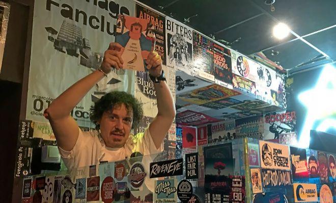 Juanjo Mestre posa con su libro '1.050 discos cardinales' durante la presentación en el Loco Club de Valencia.