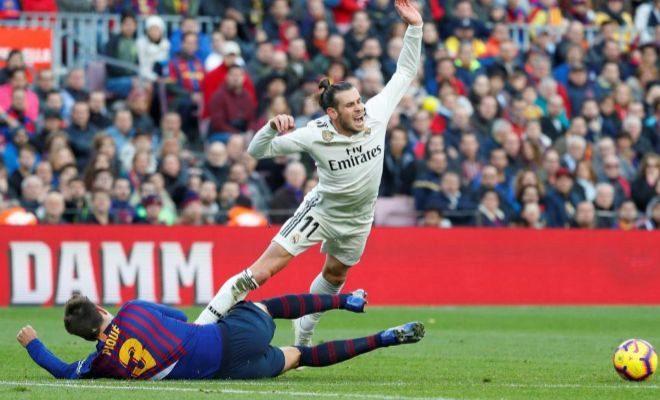 Bale cae en la frontal del área ante la entrada de Piqué.