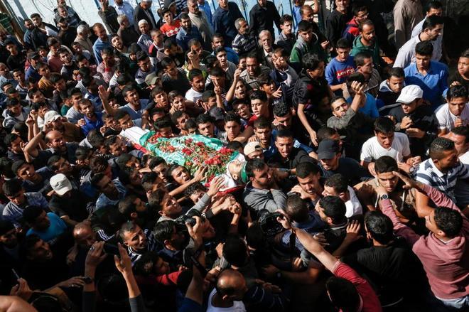 Decenas de palestinos llevan el cuerpo de Nassar Abu Taim, muerto en el sur de Gaza.