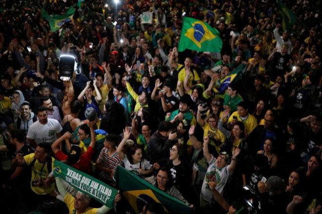 Simpatizantes de bolsonaro celebran su victoria en las calles de Brasil.