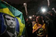 Seguidores de Bolsonaro reaccionan tras conocer la victoria del candidato de derecha, en São Paulo.