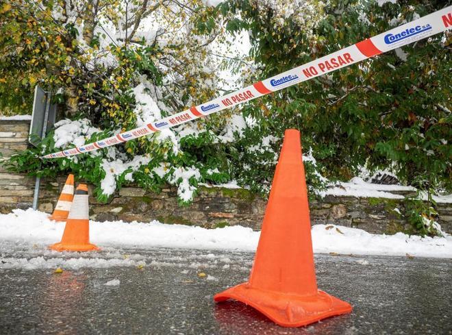 Calle cortada del pueblo gallego de Pedrafita do Cebreiro a causa de la nieve caída en la región