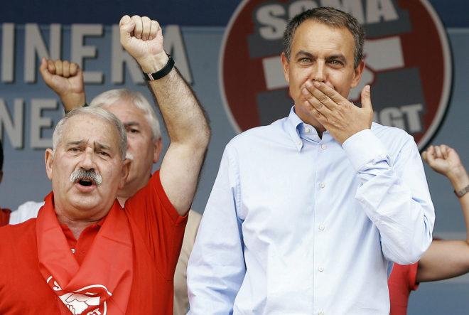 El ex presidente del Gobierno, José Luis Rodríguez Zapatero, junto al líder sindical José Ángel Fernández Villa en un mitin en Rodiezmo (Leon) en 2007