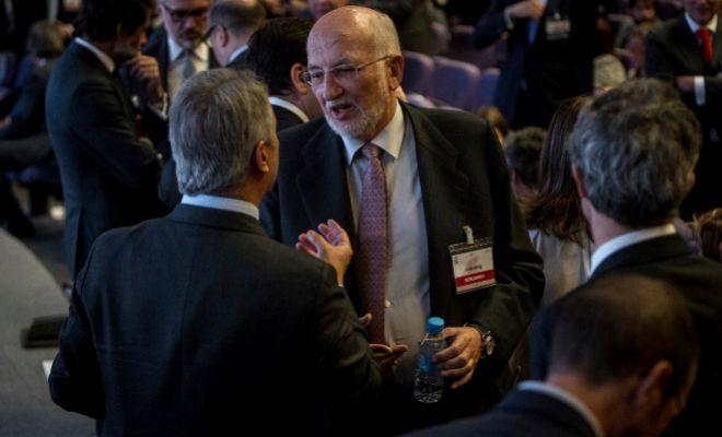Juan Roig charla con uno de los asistentes al Congreso Nacional de Empresa Familiar.