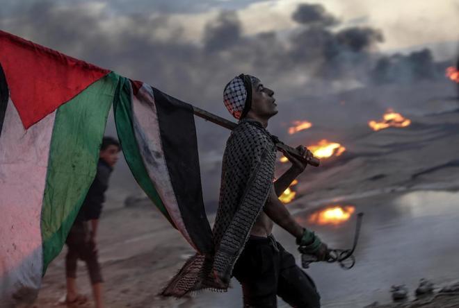 Palestinos protestan durante los altercados cerca de la frontera entre Gaza e Israel,