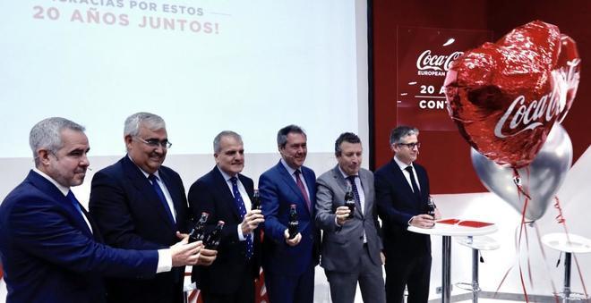 Autoridades y directivos de Coca-Cola brindan por el 20 aniversario de la planta de Sevilla