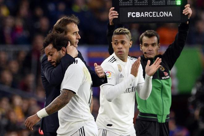 Lopetegui abraza a Marcelo al ser sustituido, este domingo en el Camp Nou.