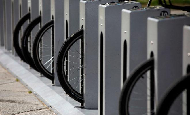 Una estación del servicio municipal de bicicletas, en una calle de Madrid.