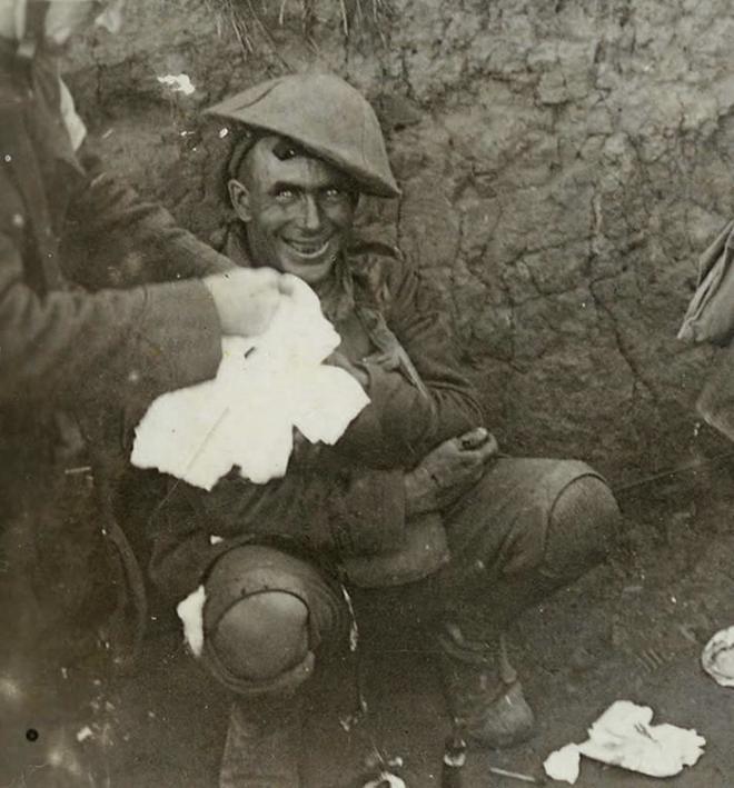 Un soldado autolesionado en la batalla del Somme, en la Primera Guerra Mundial