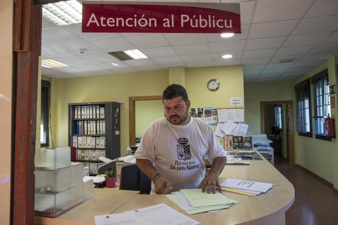 El alcalde de Bimenes, Aitor García, tras un mostrador de este...