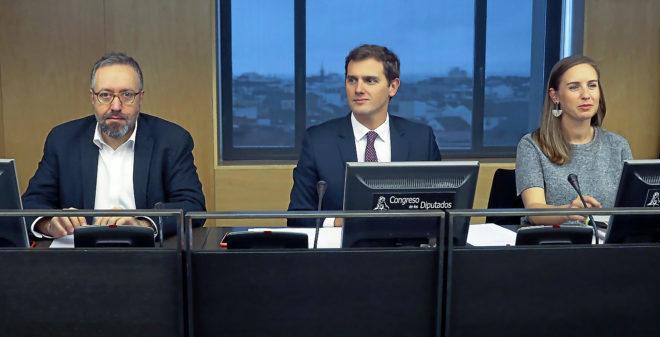 El presidente de Ciudadanos, Albert Rivera, entre Juan Carlos Girauta...