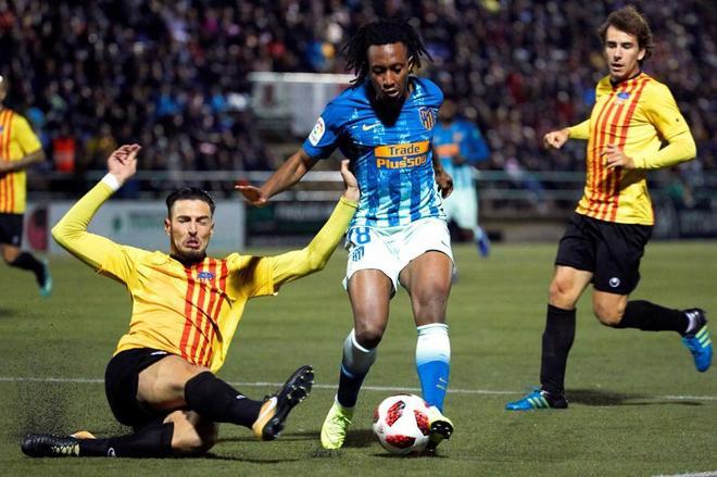 Gelson Martins (c) intenta llevarse el balón ante Gallego (i), del Sant Andreu.
