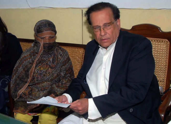 "(FILES) This file handout photograph taken on November 20, 2010 and released by the Punjab Governor's House shows the then-governor of Punjab Salman Taseer (R) handing over a document to Asia Bibi (L) who was sentenced to hang in Pakistan's central province of Punjab after being found guilty of insulting the Prophet Mohammed, at the Central Jail in Sheikhupura. Pakistan's Supreme Court on October 31 overturned the conviction of Asia Bibi, a Christian mother facing execution for blasphemy, in a landmark case which has incited deadly violence and reached as far as the Vatican. - Pakistan's Supreme Court on October 31, 2018 overturned the conviction of a Christian mother facing execution for blasphemy in a landmark case which has incited deadly violence and reached as far as the Vatican. (Photo by HANDOUT / PUNJAB GOVERNOR'S HOUSE / AFP) / -----EDITORS NOTE --- RESTRICTED TO EDITORIAL USE - MANDATORY CREDIT ""AFP PHOTO / PUNJAB'S GOVERNOR'S HOUSE "" - NO MARKETING - NO ADVERTISING CAMPAIGNS - DISTRIBUTED AS A SERVICE TO CLIENTS"