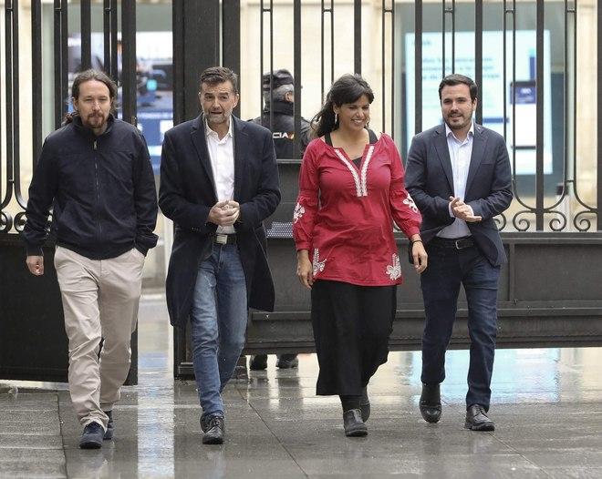 Los candidatos de Adelante Andalucía, Antonio Maíllo y Teresa Rodríguez, junto a Pablo Iglesias y Alberto Garzón, a las puertas del Congreso de los Diputados.