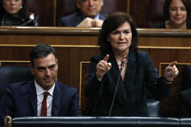 Pedro Sánchez escucha a Carmen Calvo durante su intervención en la...