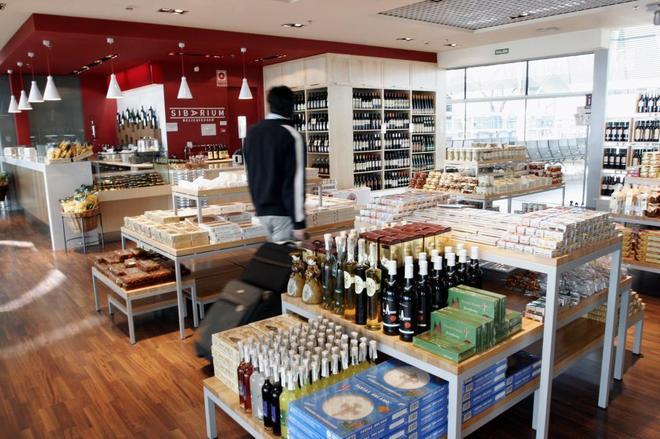 d988dc47e Una tienda de una terminal de aeropuerto Madrid Barajas-Adolfo Suárez EL  MUNDO