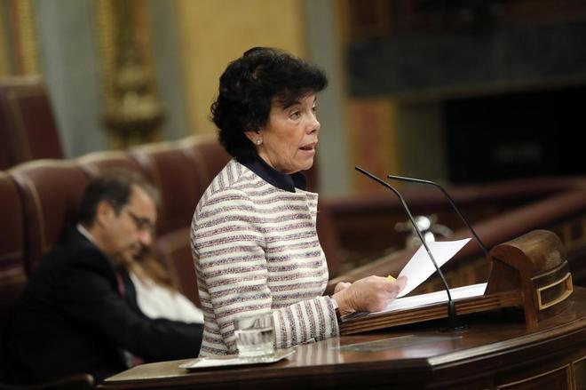 La portavoz y ministra de Educación, Isabel Celaá, durante la sesión de control al Gobierno