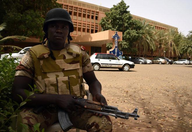 Un soldado nigerino junto a la entrada del Gran Hotel de Niamey.