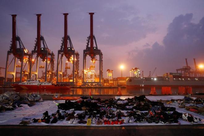 Enseres de las víctimas del avión recopiladas por los servicios de rescate en el puerto de Yakarta.