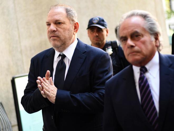 El productor de cine Harvey Weinstein acude a un tribunal penal de...