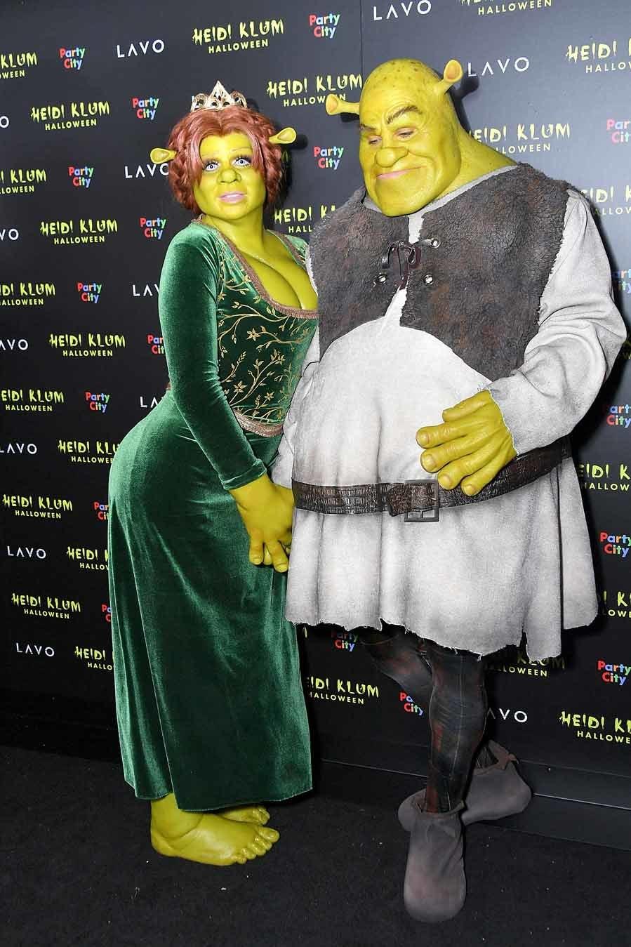 La pareja vivió su particular cuento infantil con tintes terroríficos, caracterizados como Fiona y Shrek.