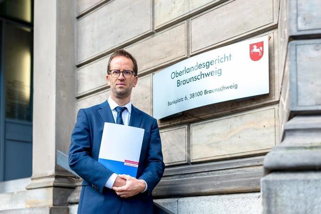 El director ejecutivo de la Federación Alemana de Organizaciones de Consumidores (VZBV), Klans Müller, posa en el Tribunal regional de Braunschweig, Alemania, el pasado 30 de octubre de 2018.