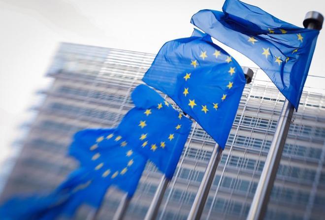 Banderas de la UE que ondean ante la sede de la Comisión Europea en Bruselas (Bélgica).