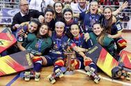 Las jugadoras de la selección española femenina de hockey patines celebran el campeonato de Europa.