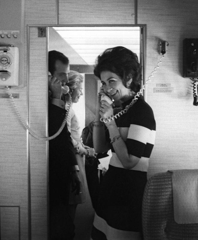 La Reina Doña Sofía y el Rey Don Juan Carlos hablan por teléfono en el avión durante su viaje a Estados Unidos en el año 1971