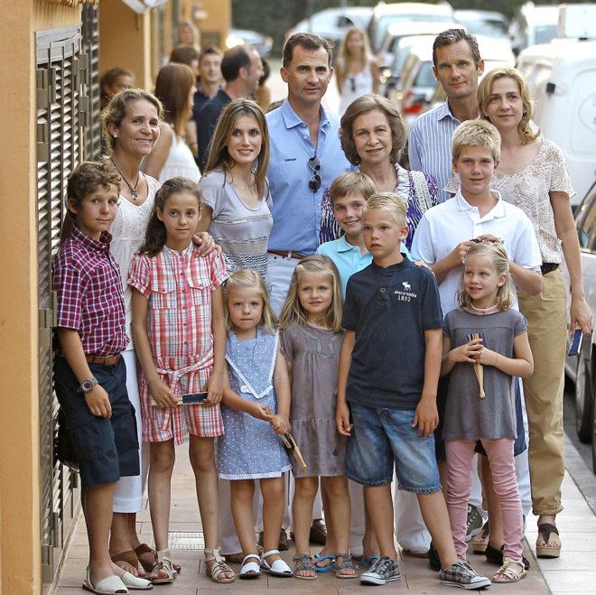 La Reina Doña Sofía rodeada por sus hijos y nietos durante unas vacaciones de la Familia Real en Palma de Mallorca