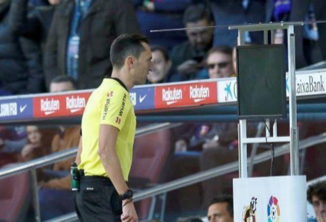 Sanchez Martinez revisa el VAR en el Camp Nou.