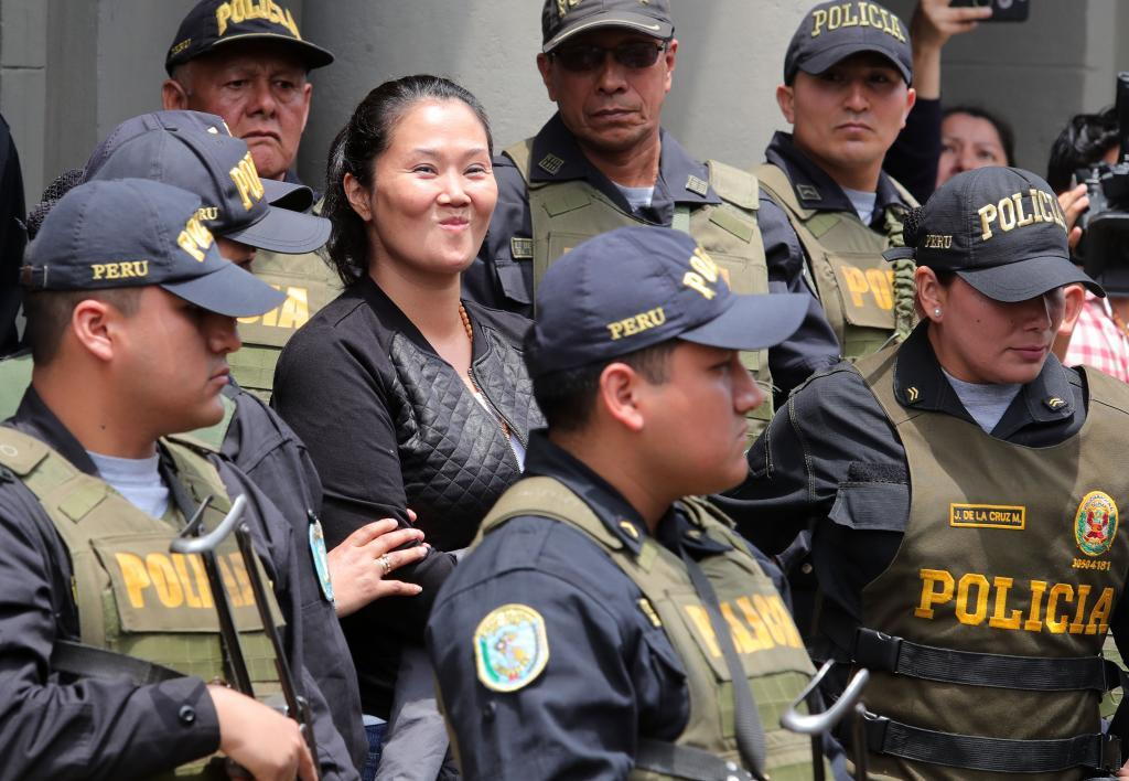 Keiko Fujimori, principal líder de la oposición en Perú, reacciona este jueves mientras es trasladada a un penal de Lima (Perú).