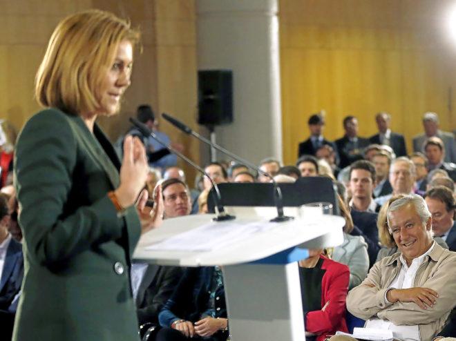Javier Arenas observa a la entonces secretaria general, María Dolores de Cospedal, en un acto del Partido Popular en el año 2015