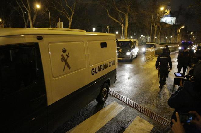 Furgones y agentes de la Guardia Civil en Madrid.