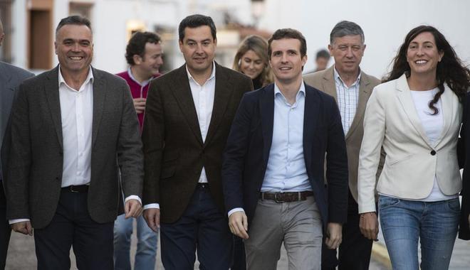 Pablo Casado, segundo por la derecha, visitando las bodegas Luis Felipe en La Palma del Condado, Huelva.