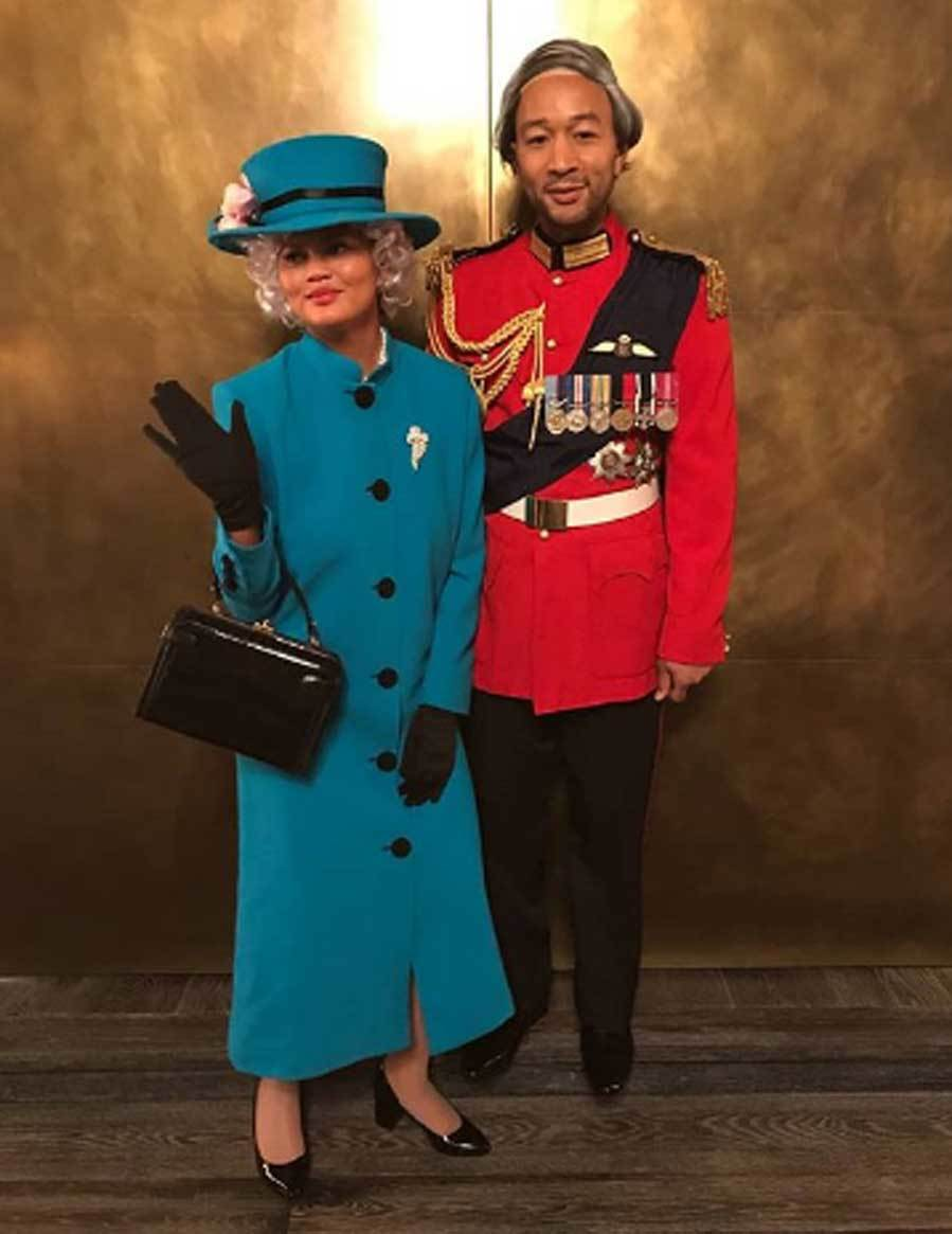 """Seguro que la reina Isabel y el príncipe Felipe no se disfrazaron en Halloween, pero Chrissy Teigen y John Legend lo hicieron por ellos. La pareja se disfrazó de la soberana británica y su marido para convertirse en los más 'royal' de Halloween. El cantante subió la imagen a su cuenta de Instagram con un diveryiodo mensaje: """"Hola, feliz Halloween a nuestros leales súbditos""""."""