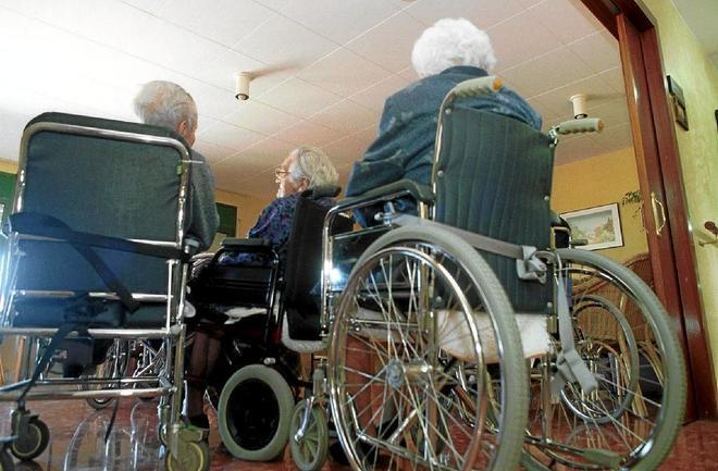 Unos ancianos, en un geriátrico de Figueras.
