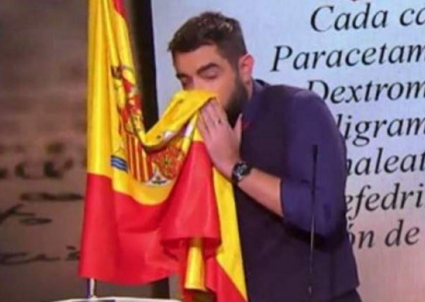 Dani Mateo, sonándose la nariz con la bandera de España en el polémico 'sketch' de El Intermedio