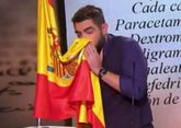 Dani Mateo, sonándose la nariz con la bandera de España en el...