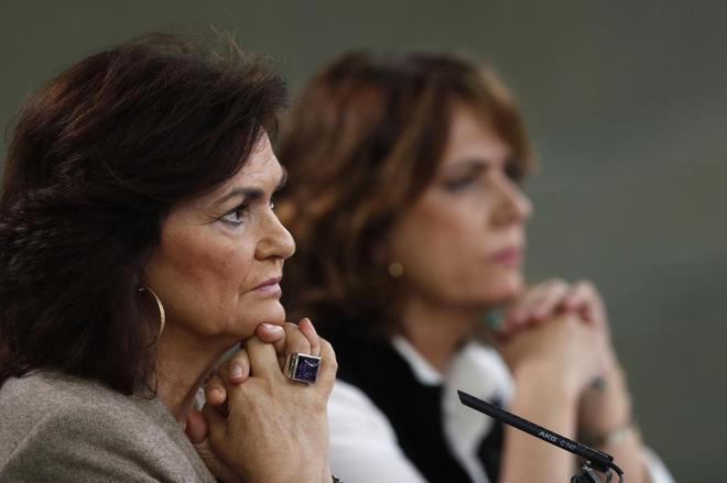 Carmen Calvo y Dolores Delgado, este viernes en la rueda de prensa tras el Consejo de Ministros.