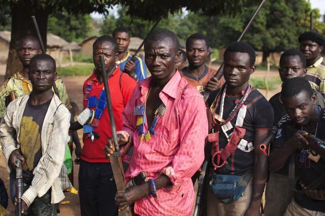 Milicianos anti-balaka posan para una fotografía en Mbakate, República Centroafricana.