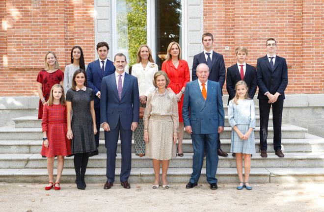 La reina Sofía, acompañada de toda de su familia, incluidos sus ocho nietos.